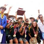 Los campeones actuals del primer ISA World SUP and Paddleboard Championship en 2012, Australia, posan con el Presidente de la ISA, Fernando Aguerre (primero a la izquierda) y el Presidente del Club Waikiki, Jose Osterling (primero a la derecha), mientras sostienen el Trofeo por Equipo Club Waikiki-Peru. Ellos regresan este año con toda la fuerza, incluyendo a los campeones defensores Jamie Mitchel, Brad Gaul y Jordan Mercer. Foto: ISA/Tweddle