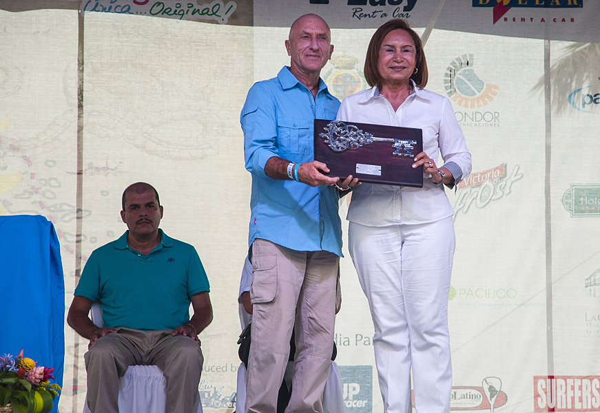 ISA Vice President Alan Atkins being presented the keys to the city of Granada on behalf of ISA President, Fernando Aguerre, by the Mayor of Granada, Julia Mena. Photo: ISA/Rommel Gonzales