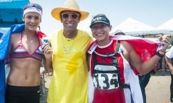 El Presidente de la ISA Fernando Aguerre con las dos Medallistas de Oro de las Carreras de Larga Distancia, Jordan Mercer (izquierda) de Australia , 3 veces Campeona Mundial ISA de Carreras de Larga Distancia en Paddleboard y Lina Augaitis (derecha), La Campeona Mundial de Larga Distancia en SUP. Foto: ISA/Rommel Gonzales