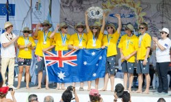 El Presidente de la ISA Fernando Aguerre (último a la izquierda) y la Ministra de Turismo Mayra Salinas (última a la derecha) entregan al Equipo de Australia la Medalla de Oro por Equipos y ella Bandeja de Plata del Equipo Campeón Mundial. Foto: ISA/Gonzales