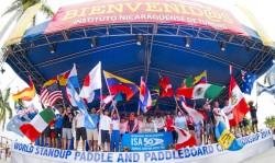 El Vicepresidente de la ISA Alan Atkins y la Ministra de Turismo Mayra Salinas entre las banderas de los 27 equipos nacionales, declararon oficialmente inaugurado el ISA World StandUp Paddle and Paddleboard Championship 2014. Foto: ISA/Tweddle.